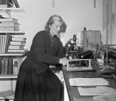 Dorothy working in her lab in Oxford in 1964 Image obtained from www.britannica.com/biography/Dorothy-Hodgkin